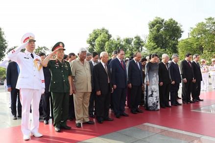 Lãnh đạo Đảng, Nhà nước viếng Chủ tịch Hồ Chí Minh và đặt vòng hoa tưởng niệm các Anh hùng, liệt sĩ