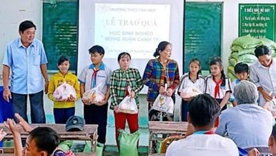 Giá Rai (Bạc Liêu): Nhà giáo đỡ đầu học sinh nghèo