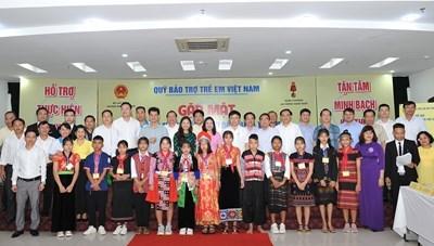 Gặp mặt trẻ em tộc người Đan Lai