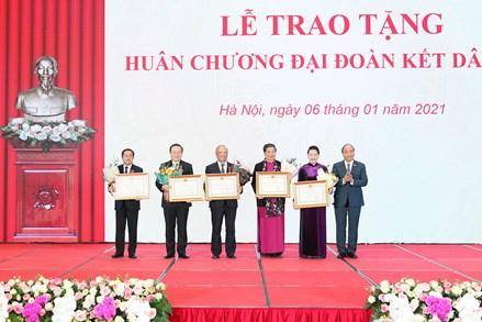 Thủ tướng Nguyễn Xuân Phúc trao Huân chương Đại đoàn kết dân tộc cho Ủy ban Thường vụ Quốc hội