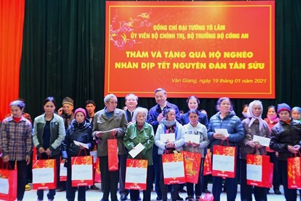 Bộ trưởng Bộ Công an Tô Lâm thăm, tặng quà các hộ nghèo, gia đình chính sách tại tỉnh Hưng Yên