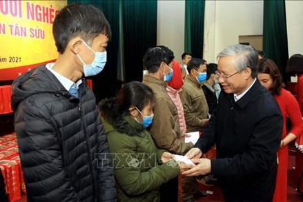 Thường trực Ban Bí thư Trần Quốc Vượng thăm, tặng quà người nghèo tại tỉnh Thái Bình