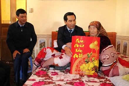 Chủ tịch Ủy ban MTTQ Việt Nam thành phố Hải Phòng thăm, tặng quà hộ nghèo, gia đình chính sách
