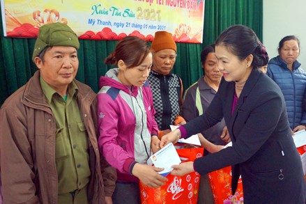Phó Chủ tịch Ủy ban Trung ương MTTQ Việt Nam Trương Thị Ngọc Ánh tặng quà Tết tại Bắc Kạn