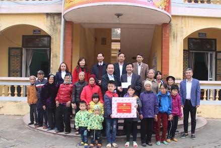 Phó Chủ tịch Ngô Sách Thực thăm, tặng quà Tết cho hộ nghèo, người có hoàn cảnh khó khăn tại Bắc Giang