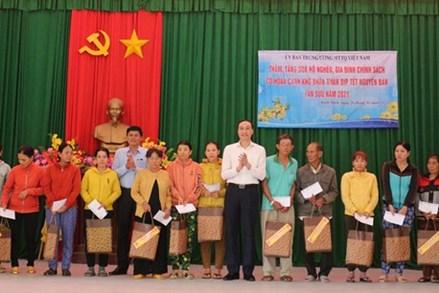 Phó Chủ tịch Phùng Khánh Tài thăm, tặng quà hộ nghèo, gia đình chính sách tại Bình Định