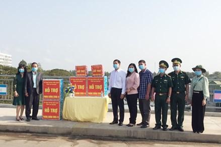 An Giang: Trao 10 ngàn khẩu trang và nước sát khuẩn cho Hội Khmer-Việt Nam tại Campuchia