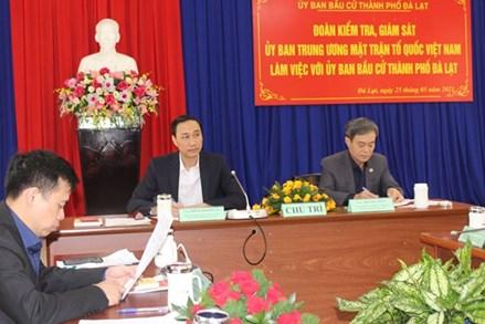 Phó Chủ tịch Phùng Khánh Tài kiểm tra công tác bầu cử tại tỉnh Lâm Đồng