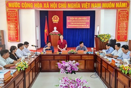 Phó Chủ tịch Trương Thị Ngọc Ánh kiểm tra, giám sát công tác chuẩn bị bầu cử huyện Hòa Bình