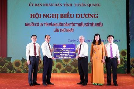 Chủ tịch UBTƯ MTTQ Việt Nam Đỗ Văn Chiến trao hỗ trợ 70 căn nhà đại đoàn kết cho tỉnh Tuyên Quang