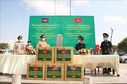 Tặng vật tư y tế phòng, chống dịch COVID-19 cho Campuchia