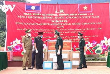 Quảng Bình tặng thiết bị phòng, chống dịch Covid-19 cho Lào