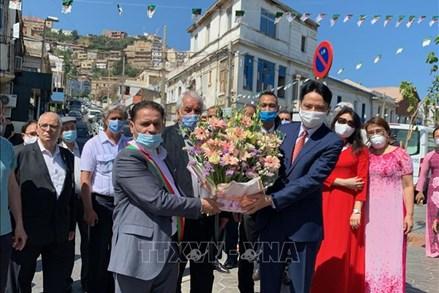 Dâng hoa tưởng nhớ Chủ tịch Hồ Chí Minh tại Algeria và Mexico