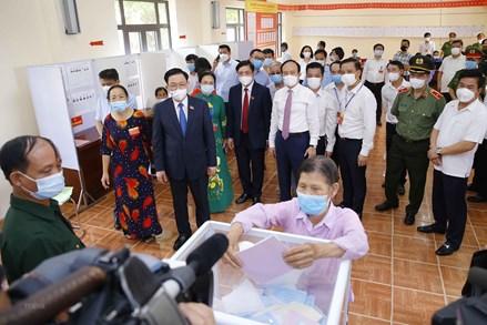 Chủ tịch Quốc hội Vương Đình Huệ kiểm tra công tác bầu cử tại tỉnh Hải Dương và huyện Đông Anh, Hà Nội