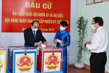 Chủ tịch nước Nguyễn Xuân Phúc bỏ phiếu bầu cử tại huyện Củ Chi, Thành phố Hồ Chí Minh