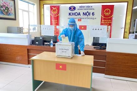 Hà Nội: Niềm tin của cử tri qua những lá phiếu từ bệnh viện và khu dân cư đang phong tỏa