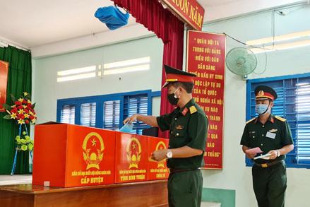 Bình Thuận: 377 cán bộ chiến sỹ đảo Phú Quý đã hoàn thành quyền công dân