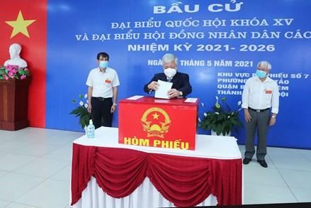 Chủ tịch Đỗ Văn Chiến cùng cử tri quận Bắc Từ Liêm đi bỏ phiếu