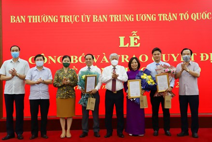 Chủ tịch UBTƯ MTTQ Việt Nam Đỗ Văn Chiến trao Quyết định bổ nhiệm cán bộ
