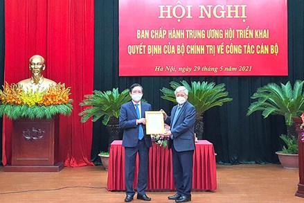 Chủ tịch UBTƯ MTTQ Việt Nam Đỗ Văn Chiến trao Quyết định của Bộ Chính trị về công tác cán bộ