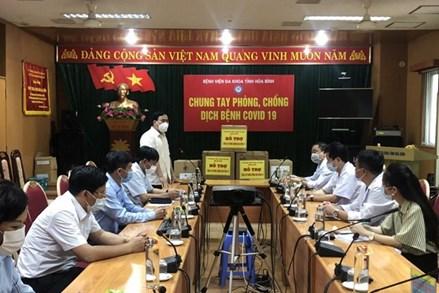 Ủy ban MTTQ Việt Nam tỉnh Hòa Bình trao quà hỗ trợ cán bộ tuyến đầu chống dịch