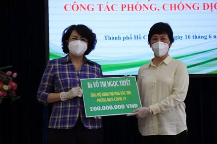 TP Hồ Chí Minh: Người bán cây kiểng, đập heo đất ủng hộ tiền mua vắc xin