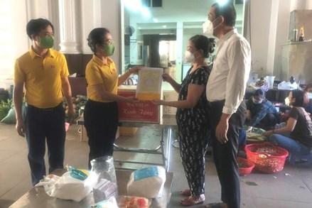 Chủ tịch Ủy ban MTTQ Việt Nam tỉnh Nghệ An thăm, động viên doanh nghiệp và các tình nguyện viên hỗ trợ phòng, chống dịch