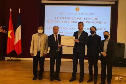 Đại sứ quán Việt Nam tại Pháp tiếp nhận hơn 20.000 EUROS ủng hộ Quỹ vaccine phòng Covid-19