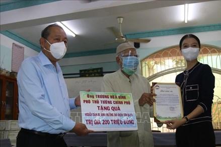 Phó Thủ tướng Trương Hòa Bình tặng quà đồng bào Chăm tại TP Hồ Chí Minh