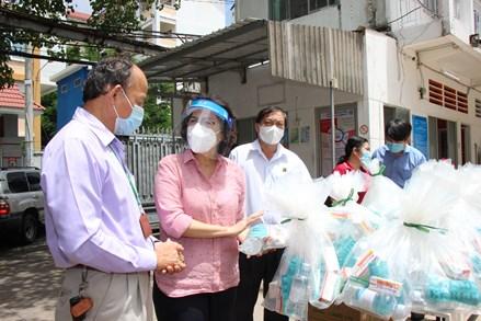 MTTQ Việt Nam TP.HCM thăm và tặng quà động viên nhân dân, y bác sĩ và các lực lượng tại khu cách ly