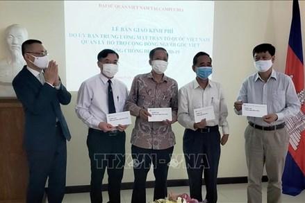 Bàn giao khoản hỗ trợ 85.000 USD giúp người Việt tại Campuchia phòng chống dịch