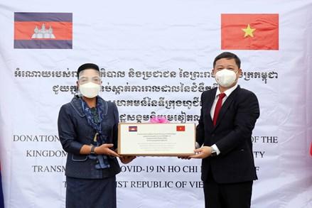 Chính phủ Hoàng gia Campuchia tặng thành phố Hồ Chí Minh thiết bị chống dịch Covid-19