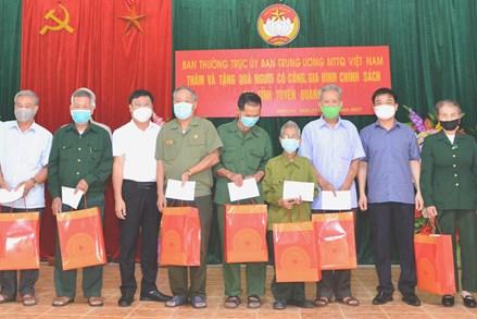 Ủy ban MTTQ tỉnh Tuyên Quang tặng quà người có công và gia đình chính sách huyện Sơn Dương