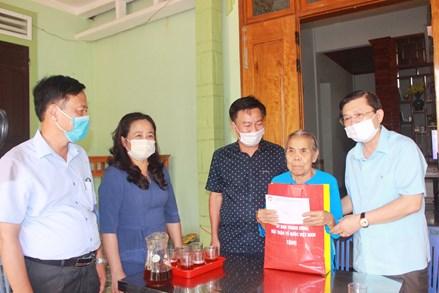 Phó Chủ tịch Nguyễn Hữu Dũng thăm, tặng quà gia đình chính sách tại tỉnh Quảng Trị
