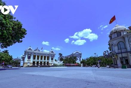 Phố phường Hà Nội ngày đầu giãn cách: Nơi tĩnh lặng, chỗ đông đúc