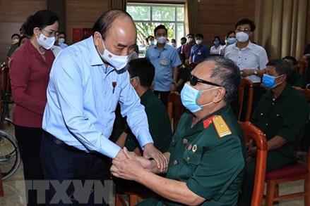 Chủ tịch nước thăm, tặng quà thương binh, gia đình có công tại Hà Nam
