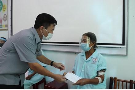 Trao quà cho các bệnh nhân nặng đang điều trị tại Bệnh viện Đa khoa tỉnh Quảng Trị