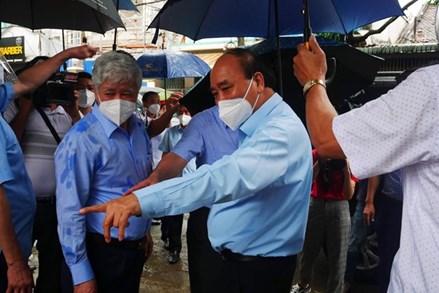 Chủ tịch nước và Chủ tịch UBTƯ MTTQ Việt Nam thăm, tặng quà, động viên người dân TP Hồ Chí Minh