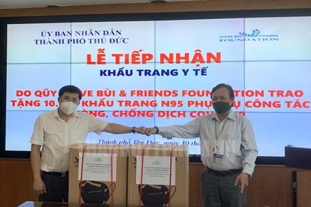 Kiều bào TPHCM trao tặng 30.000 khẩu trang và 12.000 kit xét nghiệm nhanh Covid-19
