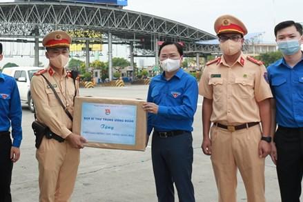 Trung ương Đoàn thăm, tặng quà chốt kiểm soát cửa ngõ Thủ đô