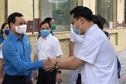 Tổng Liên đoàn Lao động Việt Nam hỗ trợ tiền ăn cho lực lượng y tế chống dịch tại 19 địa phương