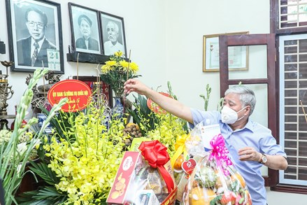 Chủ tịch UBTƯ MTTQ Việt Nam Đỗ Văn Chiến dâng hương tưởng nhớ đồng chí Lê Quang Đạo