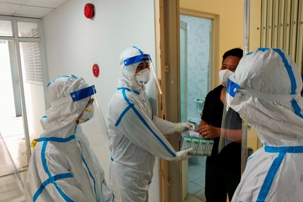 Tình nguyện viên Công giáo, Phật giáo, Tin lành xông pha nơi tuyến đầu chống dịch Covid-19