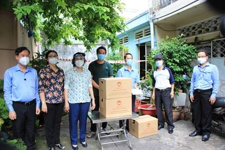 Mặt trận thành phố Hồ Chí Minh thăm, tặng quà các hộ gia đình gặp khó khăn do dịch Covid-19