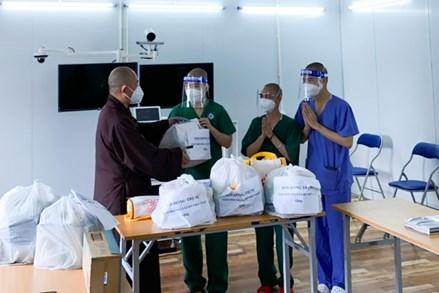 Trung ương Giáo hội thăm, động viên Tăng Ni đang tình nguyện tại các Bệnh viện dã chiến
