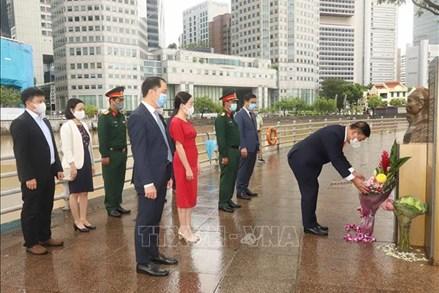 Đặt hoa tại tượng đài và bia tưởng niệm Chủ tịch Hồ Chí Minh ở Singapore