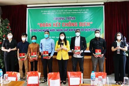 MTTQ thành phố Hà Nội: Trao 25 suất quà hỗ trợ sinh viên nước ngoài gặp khó khăn do dịch Covid-19