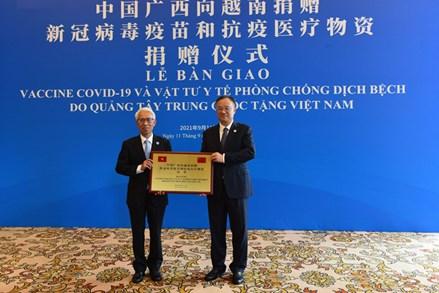 Quảng Tây (Trung Quốc) trao tặng địa phương Việt Nam 800.000 liều vaccine phòng Covid-19