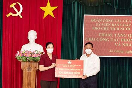 Phó Chủ tịch Trương Thị Ngọc Ánh trao phân bổ hỗ trợ lực lượng tuyến đầu và người dân tỉnh An Giang gặp khó khăn do dịch bệnh