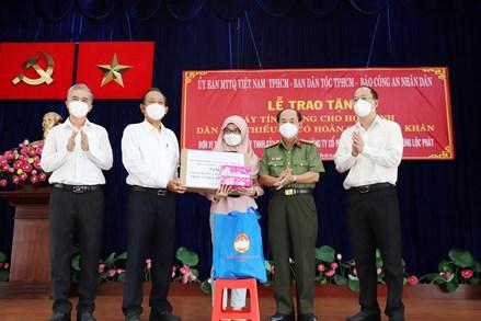 Trao tặng 100 máy tính bảng cho học sinh dân tộc Chăm, Khmer có hoàn cảnh khó khăn